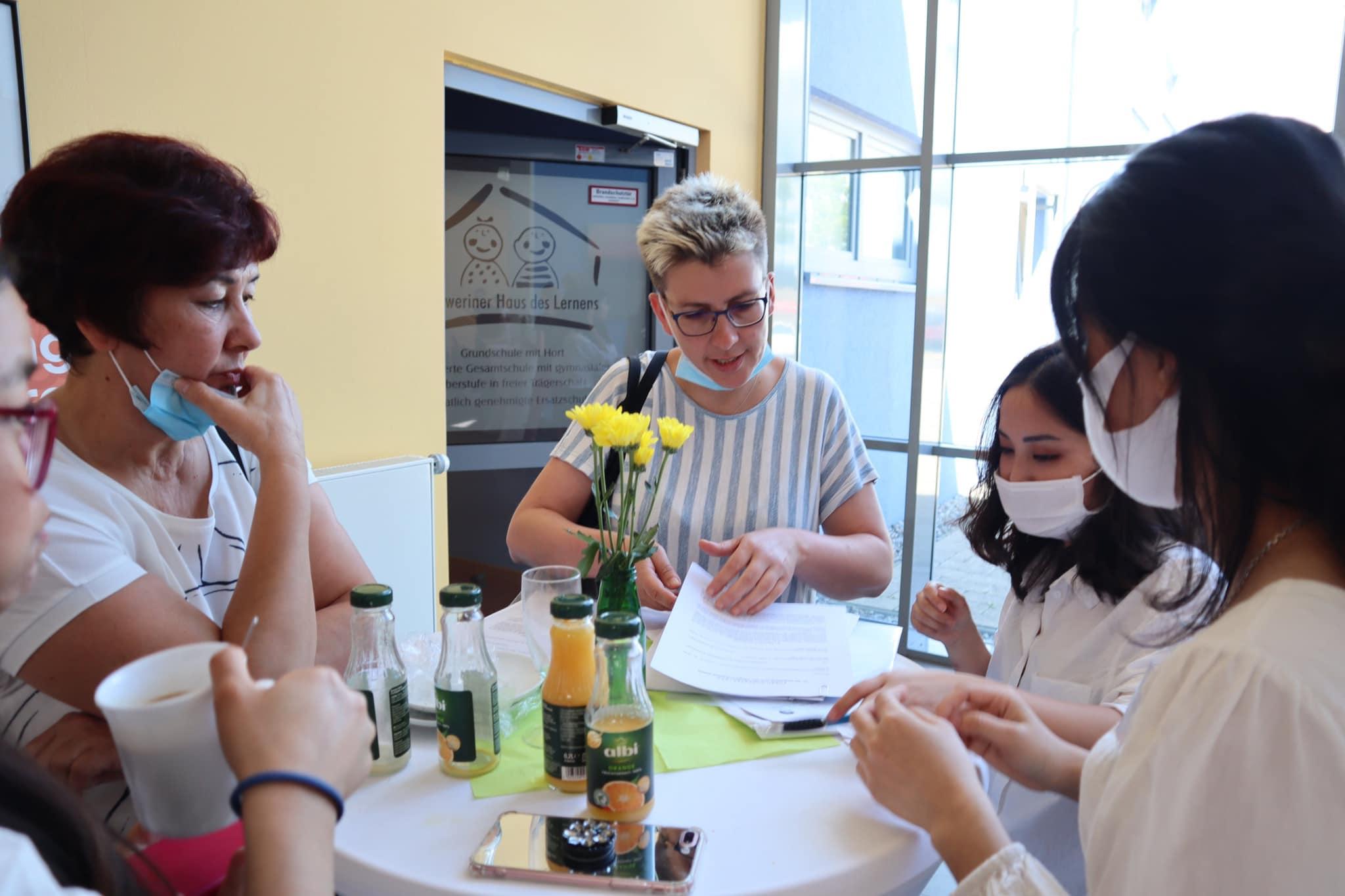 Học viên ngành điều dưỡng đang gặp gỡ nhà tuyển dụng