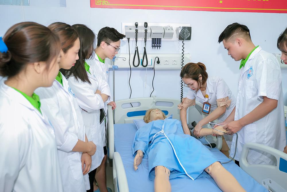Học viên VICAT được nhận những kiến thức cơ bản về điều dưỡng trong quá trình học tiếng Đức tại Việt Nam
