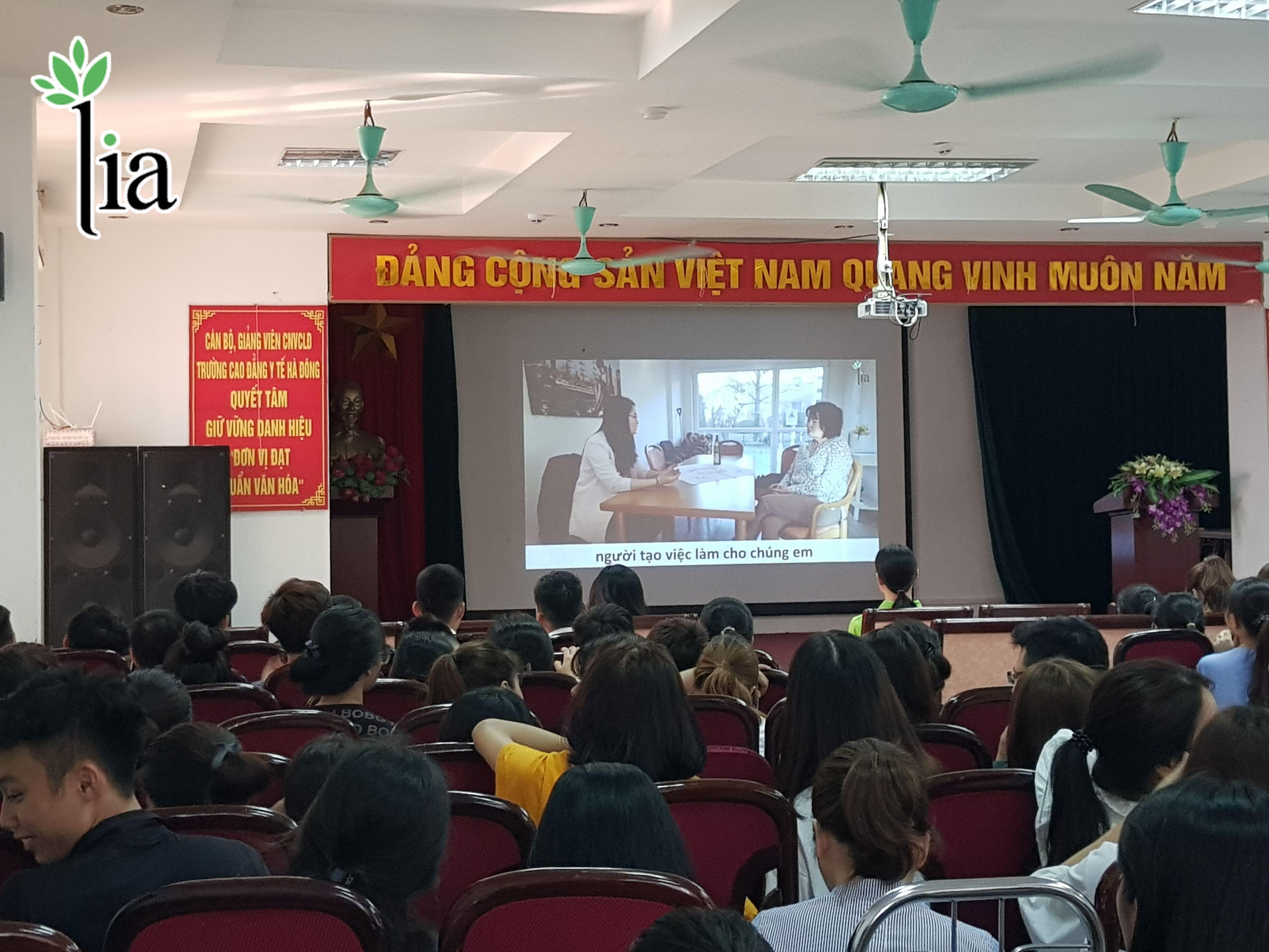 Các sinh viên xem clip feedback của các học viên LIA sau khi sang Đức