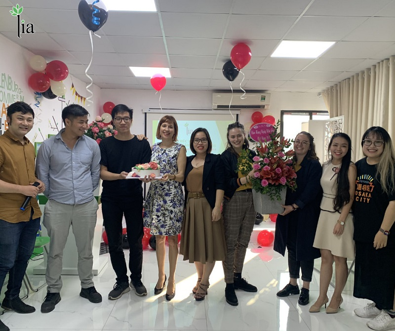Chị Nguyễn Thị Hương - Phó giám đốc công ty LIA thay mặt trung tâm tặng bánh và hoa chúc mừng thầy cô nhân ngày 20/11