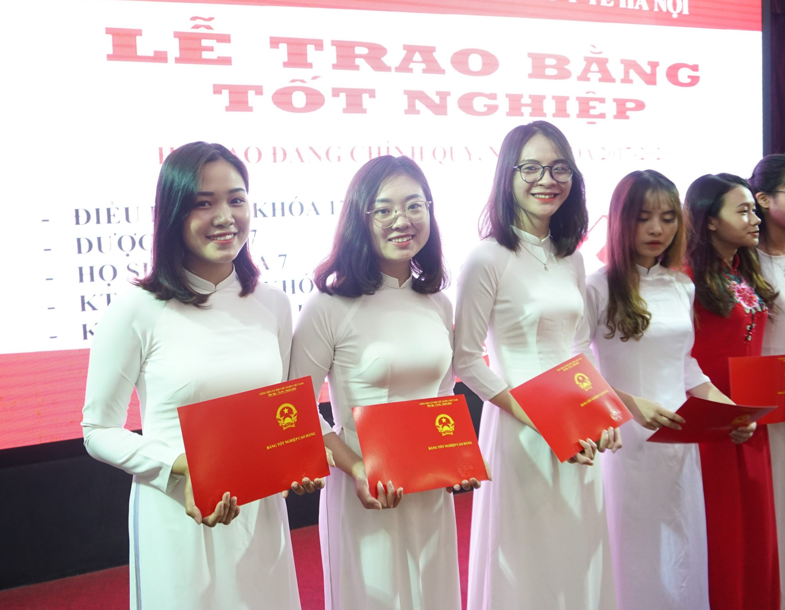 Nụ cười hạnh phúc của các bạn sinh viên ngày nhận bằng tốt nghiệp