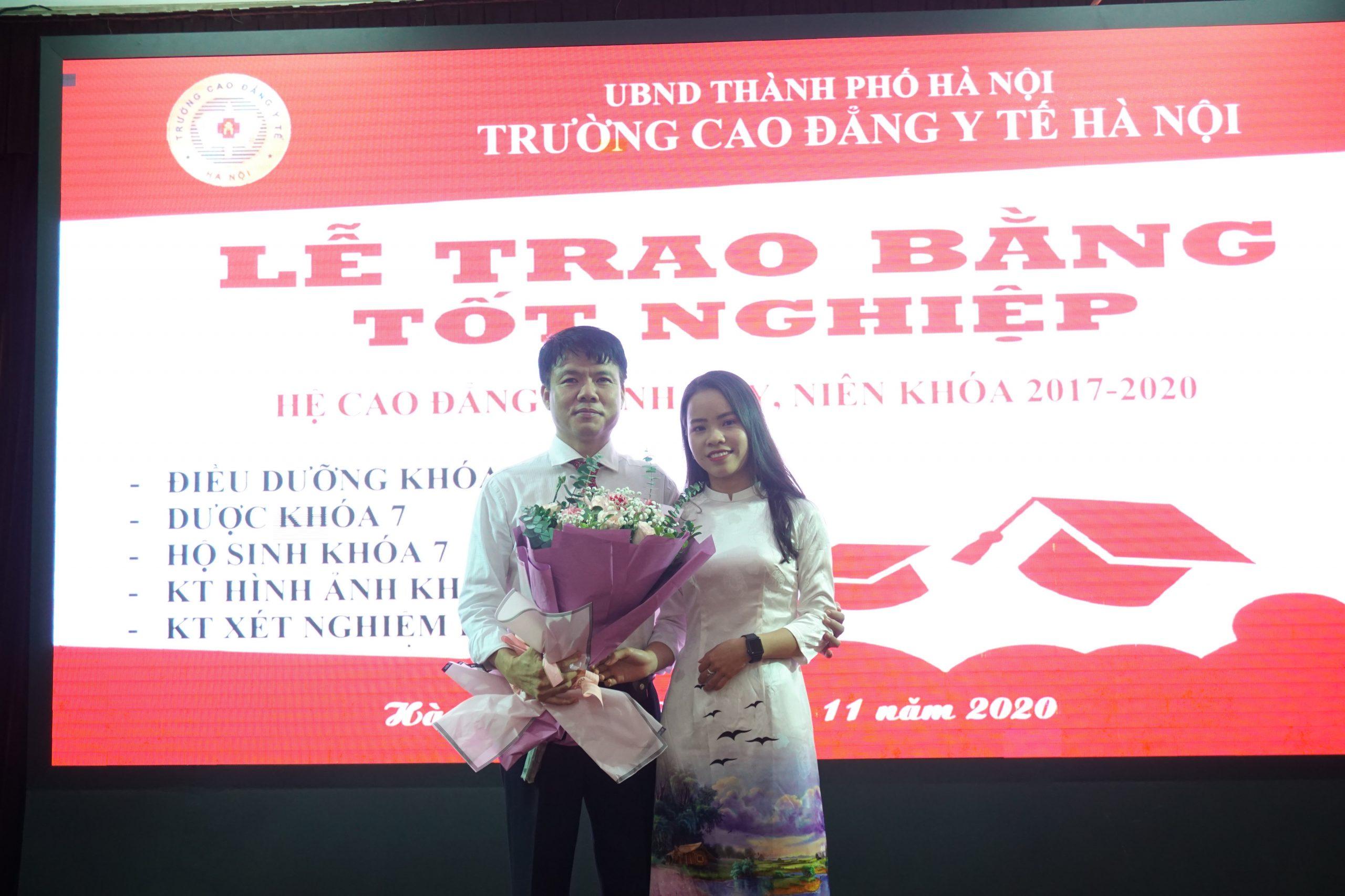 Lê Thị Khánh Ninh - Sinh viên lớp 12A35 chuyên ngành Điều dưỡng là 1 trong 13 em sinh viên tiêu biểu nhất, tốt nghiệp loại giỏi của trường đại diện toàn bộ sinh viên tặng hoa cảm ơn nhà trường