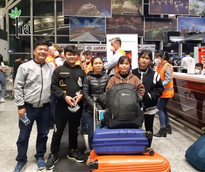 Bạn Dung - học viên LIA chụp ảnh cùng gia đình trong chuyến bay lịch sử vì Dung là người Việt duy nhất được Đại sứ quán Đức tại Hà Nội giúp đỡ bay sang Đức chung với chuyến bay hồi hương của công dân Đức vào ngày 07/04/2020.