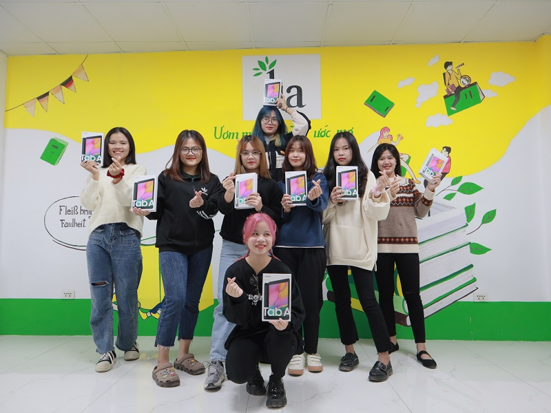 8 bạn học viên nhận thưởng Tablet trong ngày 4/12