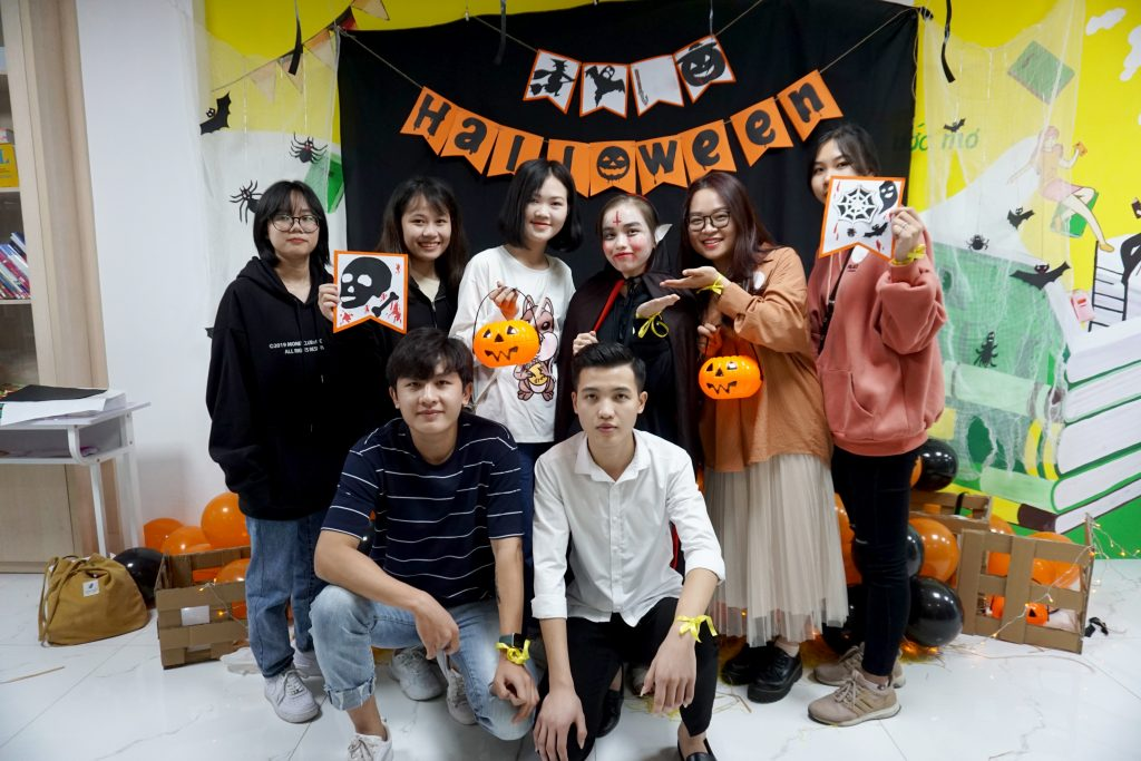 Team Ma ca rong trong tiec Halloween cua VICAT