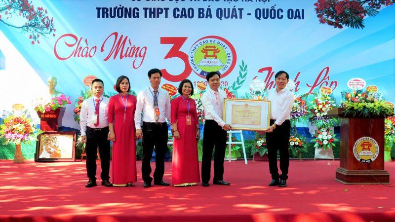 Thầy hiệu trưởng Nguyễn Danh Chiến và các thầy cô ban giám hiệu trường THPT Cao Bá Quát đón nhận Bằng đạt Chuẩn Quốc Gia vào sáng 14/11/2020. Ảnh: Pháp luật và Thời đại